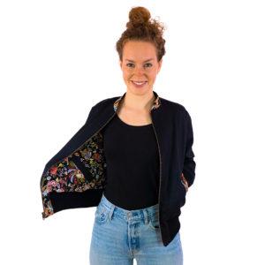 Schwarze Wendejacke für Damen mit floral-bunter Innenseite
